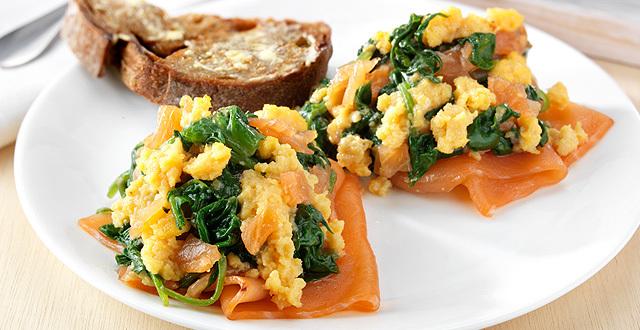 Jajecznica ze szpinakiem i wędzonym łososiem