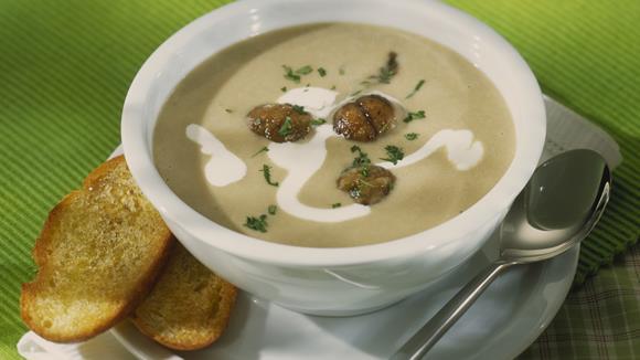 Kartoffelcreme Suppe mit Steinpilzen und Schwarzbrotwürfeln Rezept