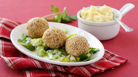 Sesam-Fleischbällchen mit Gemüse und Kräutersauce Rezept