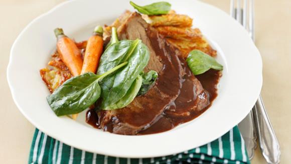 Gekochter Tafelspitz mit Rösti und warmem Spinatsalat