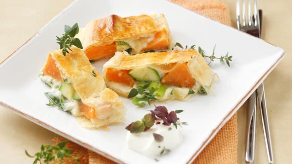 Süßkartoffel-Gemüsestrudel mit Kräuterrahm Rezept