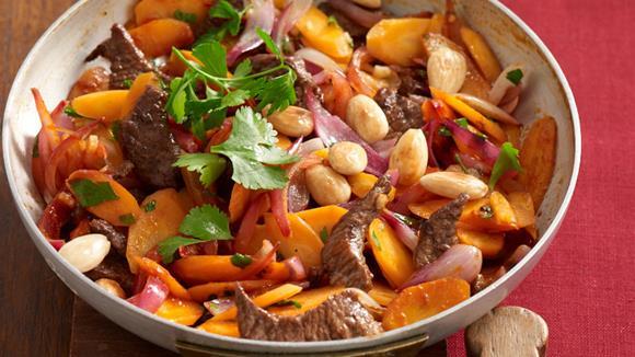 Orientalische Rindersteakpfanne mit Karotten und Zwiebeln