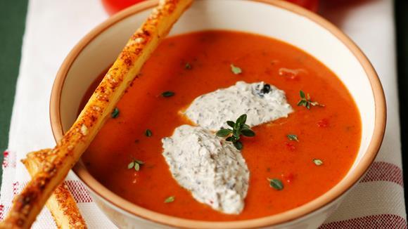 Tomatencremesuppe mit Oliven-Chili-Crème fraîche und Parmesan-Blätterteigstangen Rezept