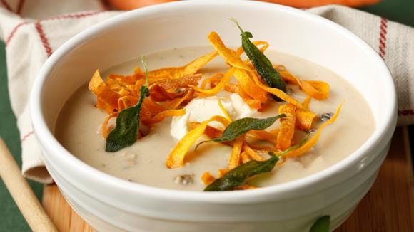 Cremesuppe von edlen Waldpilzen mit Karotten und Salbei