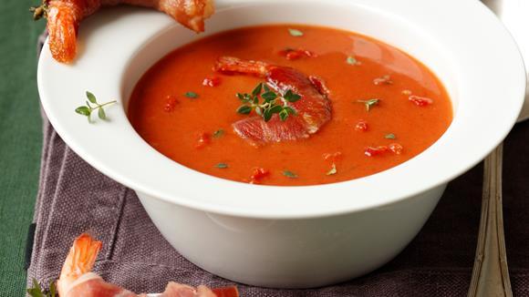 Cremesuppe von sonnengereiften Tomaten mit Parmaschinken-Garnelen Rezept