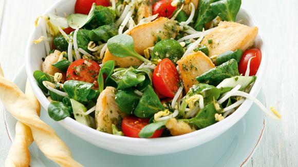 Frühlingssalat mit Hühnerstreifen und Knoblauchstangerln