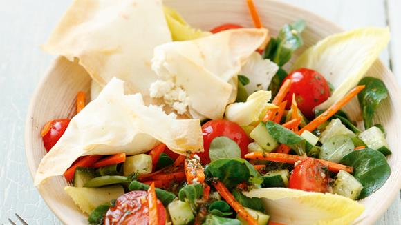 Salat mit Fetakäse-Tascherln