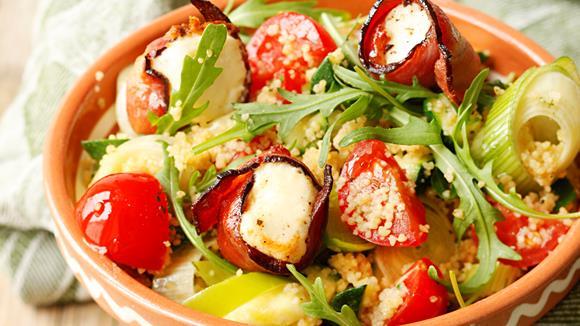 Rucola-Tomaten-Zucchini-Couscous-Salat mit gebratenem Fetakäse