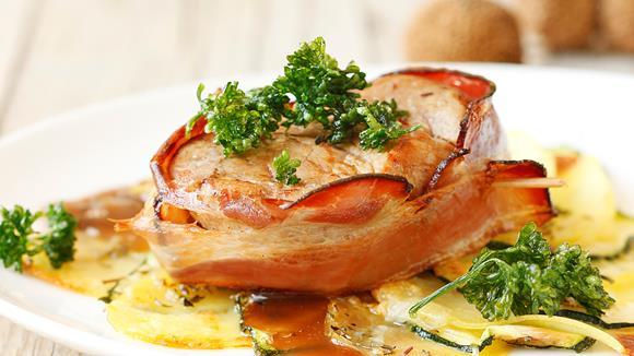Kalbsmedaillons auf Kartoffel-Zucchini-Gratin