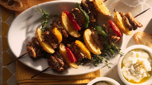 Mariniertes Schweinefleisch am Spieß mit Paprika und Kartoffeln