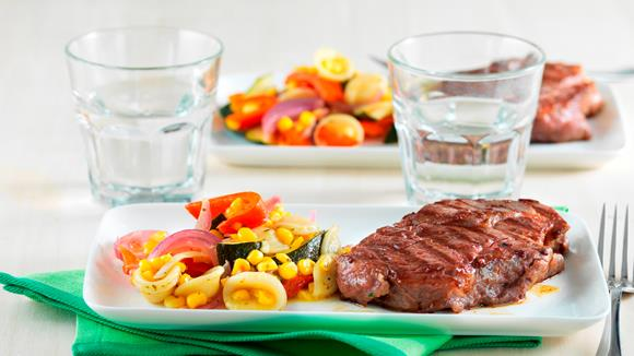 Gegrillte Steaks auf gebratenem Sommergemüse Rezept