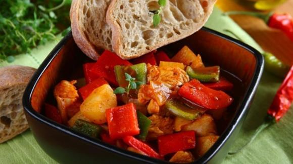 Gemüsegulasch mit Karotten, Fisolen, Paprika und Erdäpfeln
