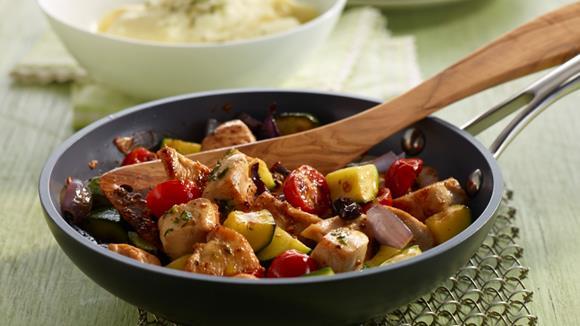 Mediterrane Pfanne mit Huhn, Kirschtomaten, Zucchini und Oliven Rezept
