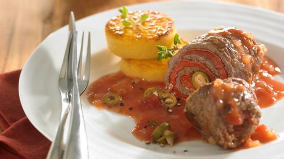Rinderrouladen mit eingelegter roter Paprika, scharfer Salami und grünen Oliven Rezept
