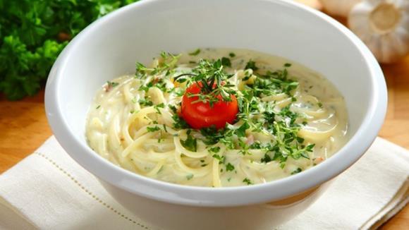 Spaghetti in rahmiger Kräuter-Käsesauce Rezept
