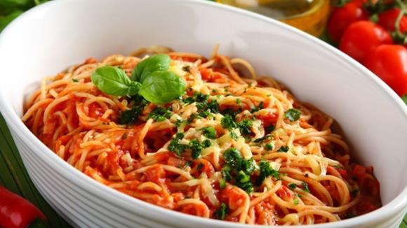 Spaghetti mit Tomaten, Basilikum und Oliven Rezept