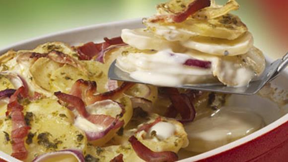 Erdäpfelauflauf mit roten Zwiebeln, Kräutern und Mozzarella Rezept