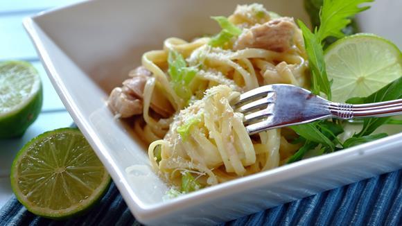 Spaghetti in Limettensauce mit Huhn und Pignoli Rezept