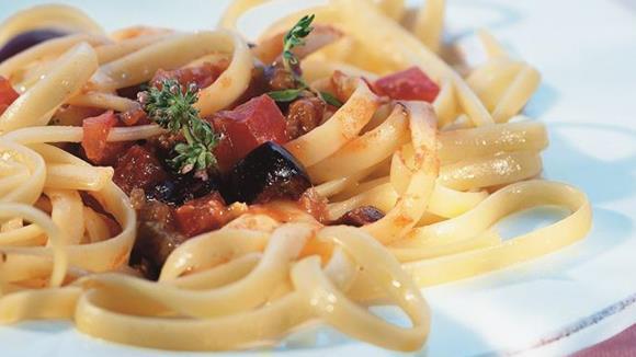 Tagliatelle mit Paprika, Tomaten, Oliven und Karpern Rezept