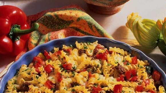 Rustikaler Nudelauflauf mit Zucchini, Paprika und Faschiertem Rezept
