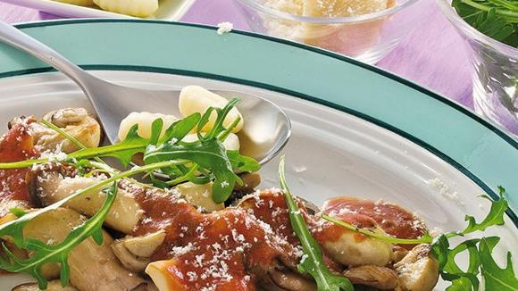 Gnocchi mit Prosciutto-Schwammerl Ragout mit Rucola Rezept