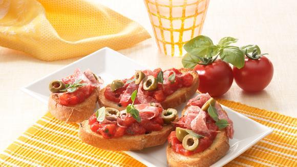 Bruschetta mit Cocktailtomaten und Oliven