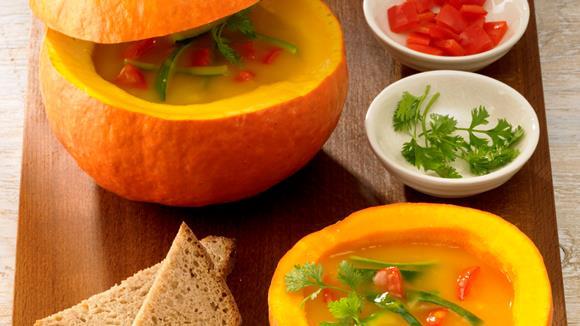 Kürbis-Paprika-Zucchini-Suppe mit Chili