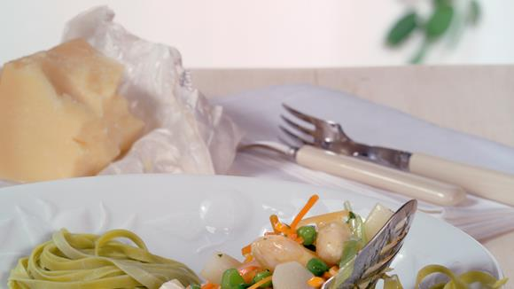 Bandnudeln mit Spargel, Karotten und Erbsen Rezept