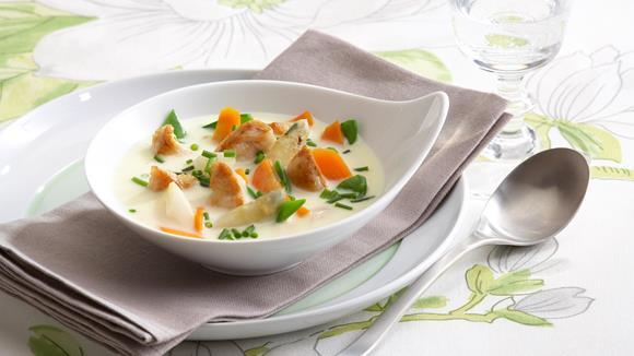Bunte Spargelsuppe mit Karotten, Zuckerschoten und Hühnerfilet Rezept