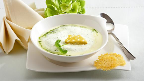 Spargelsuppe mit Parmesancracker und Pestocreme Rezept