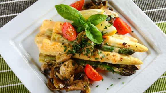 Gegrillter Spargel mit Champignons und Käse
