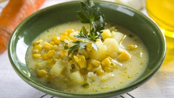 Kartoffelsuppe mit Sellerie und Mais