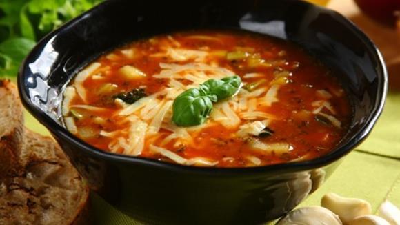 Tomaten-Broccolisuppe mit Mozzarella