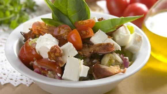 Artischockensalat mit Spargel, Tomaten und Feta