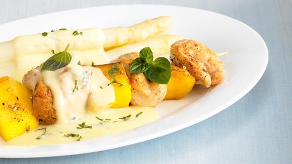 Spargel mit Koriander-Hollandaise und Geflügel-Ananas-Spieß
