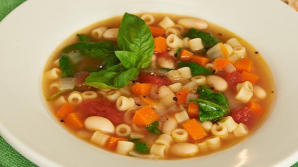 Sommerliche Minestrone mit Karotten, Sellerie, Tomaten und Makkaroni Rezept