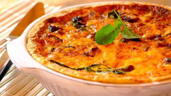 """Quiche """"Pizza""""-Art mit Salami, Tomaten, Oliven und Schinken"""