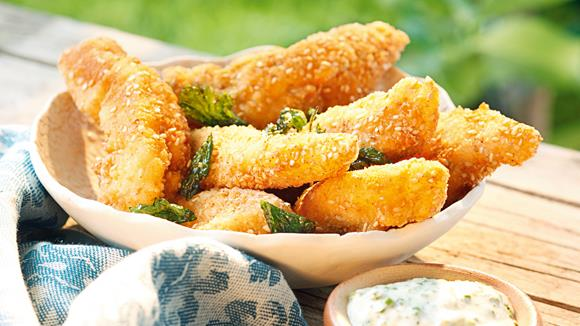 Hühnerfilets in Sesam mit Kräuter-Rahm Dip