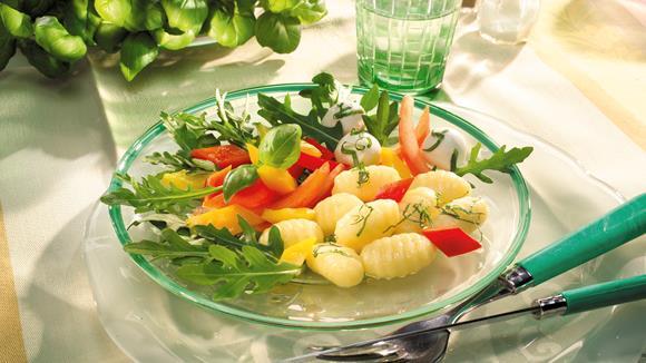 Gnocchi-Salat auf Rucola