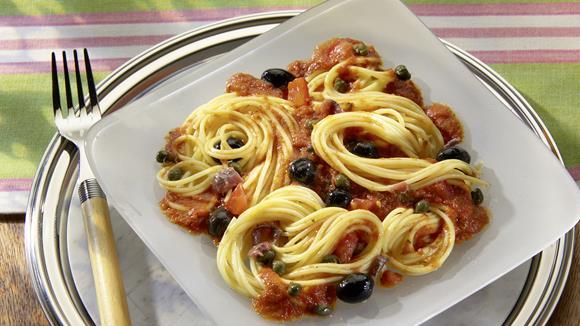 Spaghetti alla puttanesca mit Sardellen und Kapern Rezept
