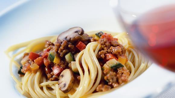 Pasta asciutta mit Faschiertem und frischem Gemüse Rezept