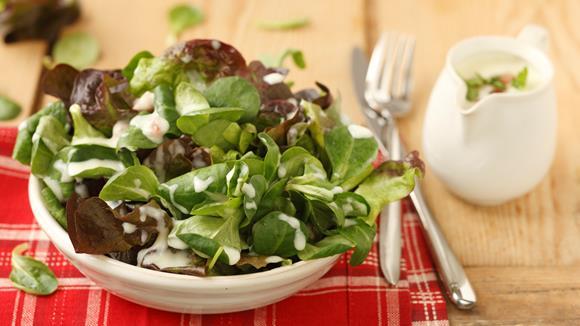 Blattsalat mit Erdäpfeldressing und Speck