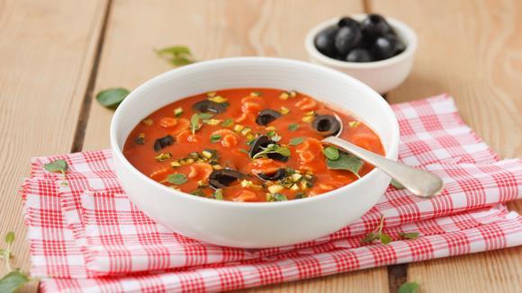 Tomatencremesuppe mit Zucchini und Oliven Rezept