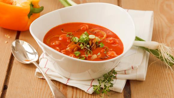 Tomatencremesuppe mit gebratenen Paprikastreifen und grünen Jungzwiebelringen Rezept