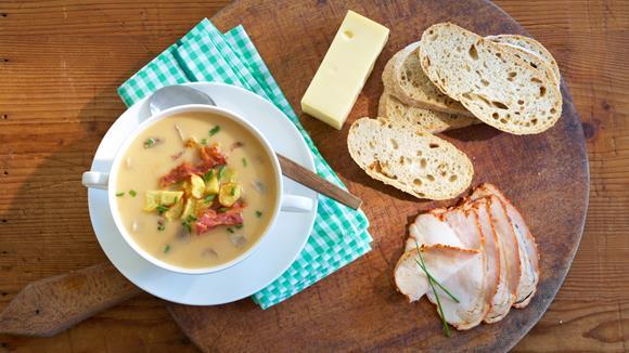 Eierschwammerl Suppe mit Röstkartoffeln