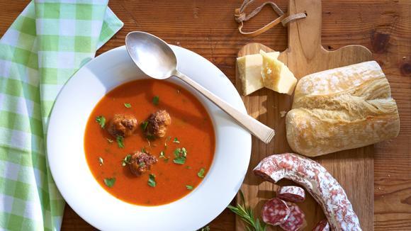 Mediterrane Tomatensuppe mit Feta-Fleischbällchen Rezept