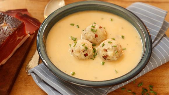 Eierschwammerl Suppe mit Mini-Speck-Knödel Rezept