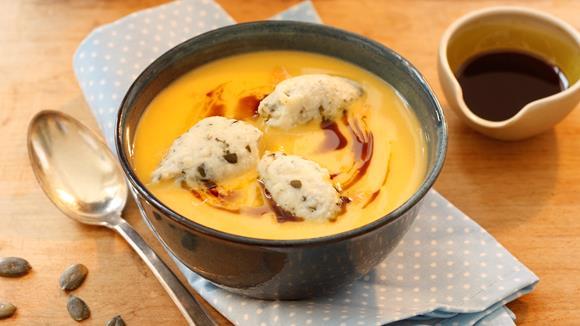 Kürbiscreme Suppe mit Kürbiskernnockerl Rezept