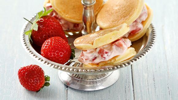 Mini Pancakes mit Erdbeer-Vanilleeis