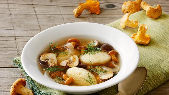 Klare Pilzsuppe mit Grießnockerln